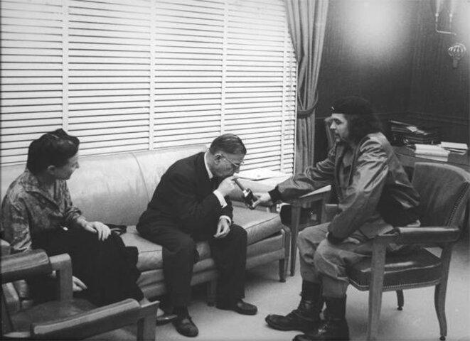 Simone de Beauvoir et Jean-Paul Sartre avec le Che Guevara, l'une des photos de l'exposition. © Korda