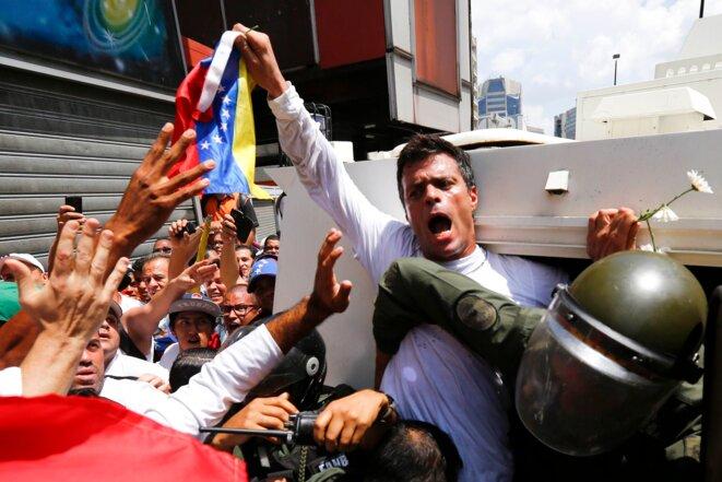 El opositor Leopoldo Lopez se entregó a la Guardia Nacional el martes 18 de febrero, en Caracas. © Jorge Silva/Reuters
