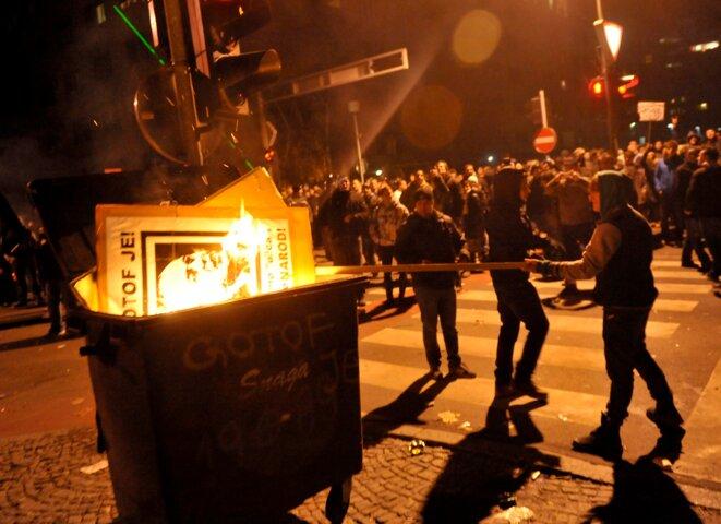 A Maribor, des manifestants brûlent l'effigie du maire Franc Kangler, le 3 décembre. L'édile a démissionné. © Srdjan Zivulovic/Reuters