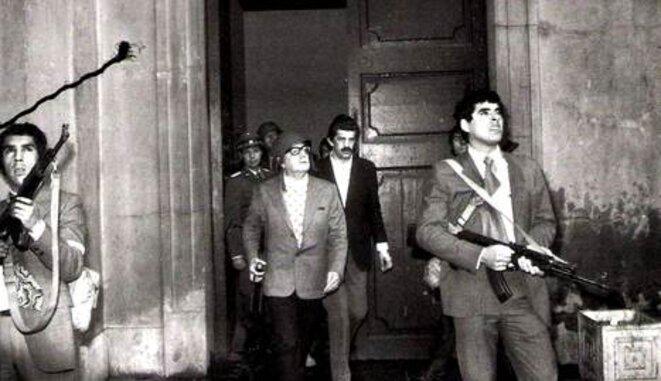 Salvador Allende, en primer plano, y Danilo Bartulín, detrás, en el Palacio de La Moneda. © dr