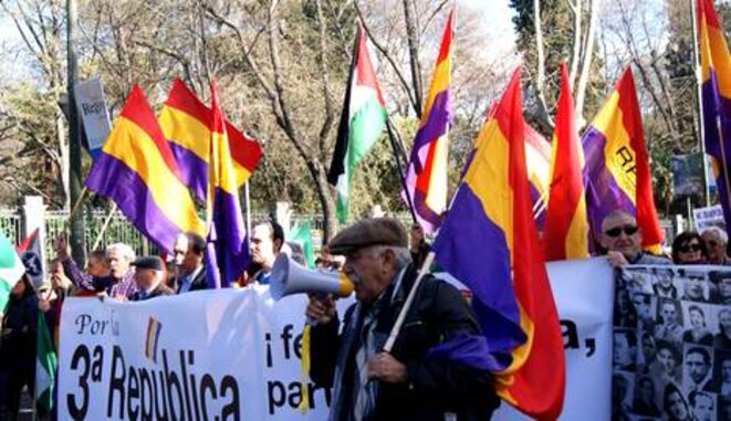 Manifestantes con banderas republicanas durante las multitudinarias protestas del 22-M. © María D.Valderrama
