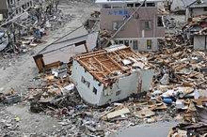 Une maison renversée par le tsunami du 11 mars © US Navy/Matthew Bradley
