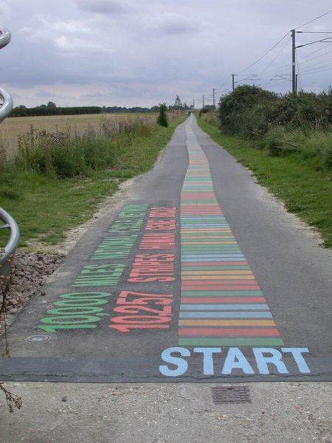 La séquence du gène BRCA2 représentée par des bandes colorées sur une piste cyclable près de Londres © Keith Edkins