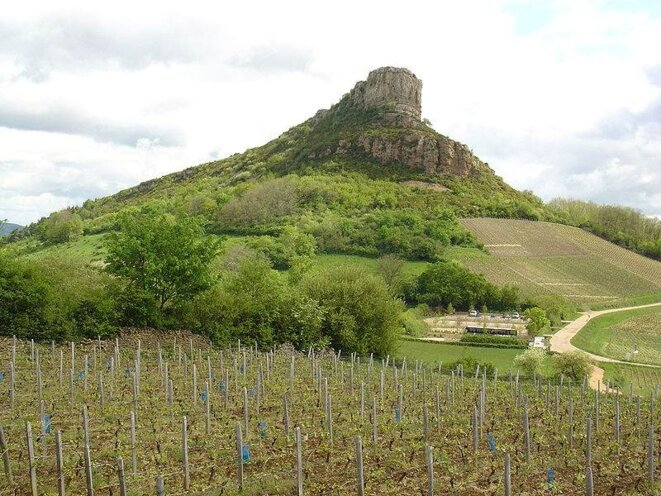 La roche de Solutré vue depuis le vignoble © Yelkrokoyade
