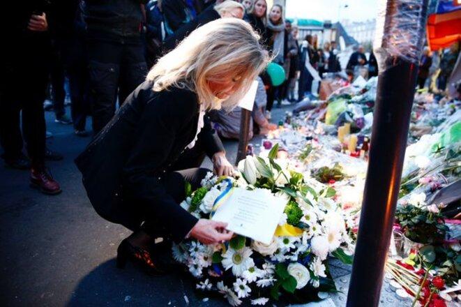 L'ambassadrice de Suède Veronika Wand-Danielsson dépose une gerbe en l'honneur des victimes près du Petit Cambodge le 16 novembr © DR