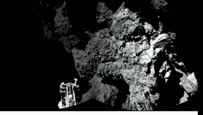 L'une des premières images transmises par Philae, montrant le pied du module (à gauche) © ESA