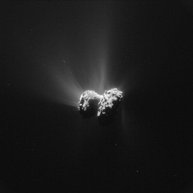 Vue de la comète Tchouri prise par Rosetta le 15 juin, à une distance de 207 km  © ESA/Rosetta/NAVCAM