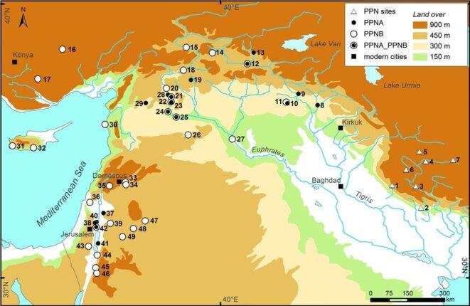 Carte des sites d'agriculture néolithique dans le Croissant fertile; à droite, Chogha Golan (1)