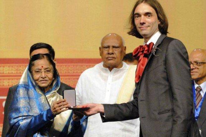 Cédric Villani reçoit la médaille Fields en 2010 à Hyderabad, en Inde