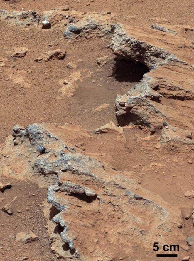 Conglomérats sédimentaires dans le cratère Gale sur Mars