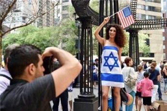 Une femme vêtue seulement d'un drapeau israélien lors d'une manifestation devant l'Organisation des Nations Unies 28/07/14 NY © AFP / Stan Honda