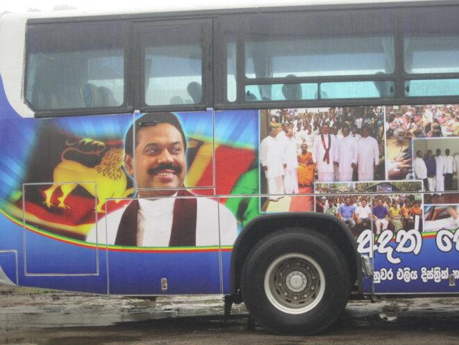 Un camion aux couleurs de Mahinda Rajapaksa © Samuel Rufus