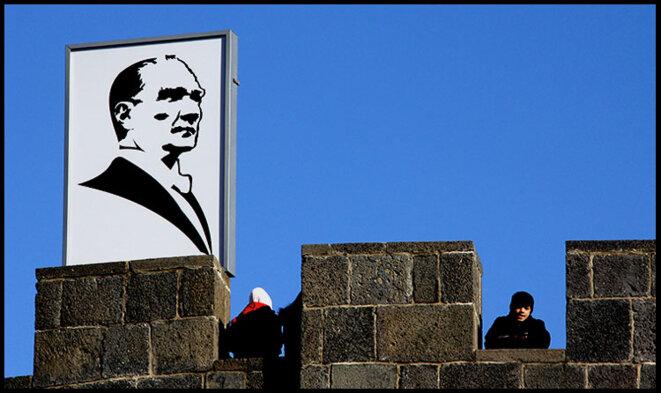 Portrait of Atatürk in Diyarbakir © Alain Devalpo