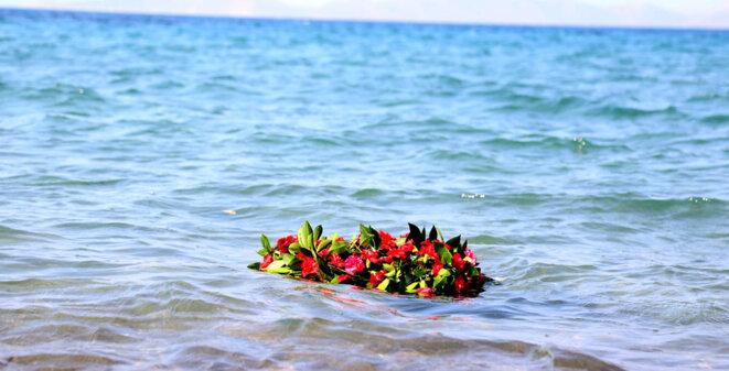 Gerbe en mémoire des réfugiés noyés au large des côtes turques © Mehmet Kocadon