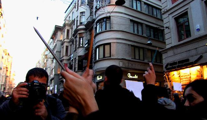 Marcha de apoyo de los periodistas turcos después del atentado donde Charlie Hebdo © Alain Devalpo