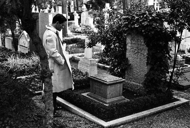 Paolo Pasolini sur la tombe d'Antonio Gramsci, Rome, 1961.