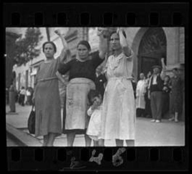 Gerda Taro, Spectateurs de la procession funéraire du Général Lukacs Valence, 16 juin 1937 © International Center of Photography