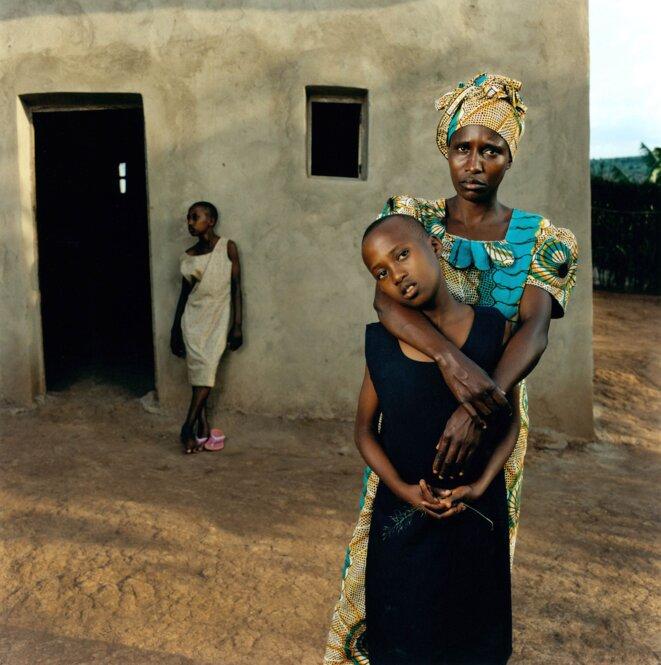 Jonathan Torgovnik - Valentine avec ses filles Amélie et Inez, Rwanda.