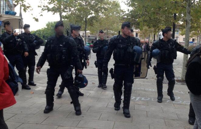 Débarquement de gendarmes mobiles.