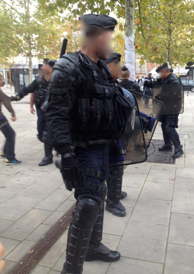 Les gendarmes mobiles démontenant l'accrochage.