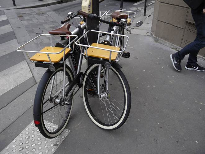 Bicyclettes gays mariées par avance