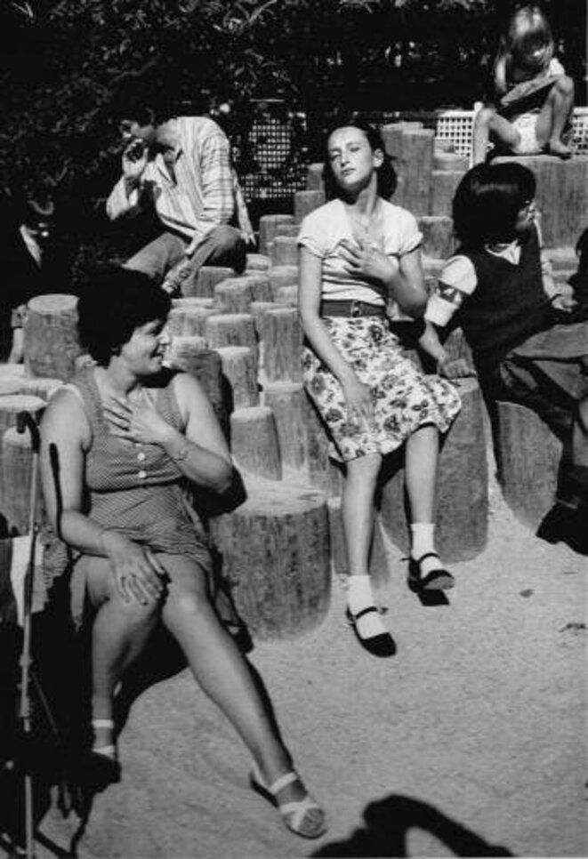 Deux mains et une culotte - Luxembourg, Paris 1978 © Jean-Philippe Charbonnier