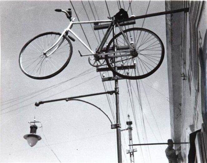 Vélo en l'air © Manuel Alvarez Bravo