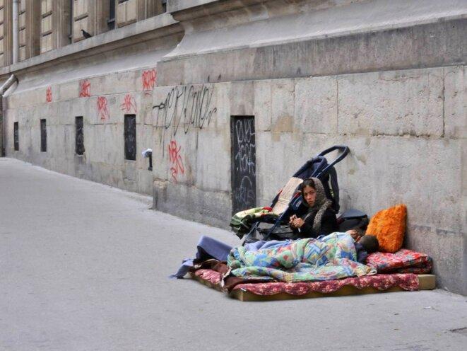 Rue du Faubourg du Temple, le long de la caserne...