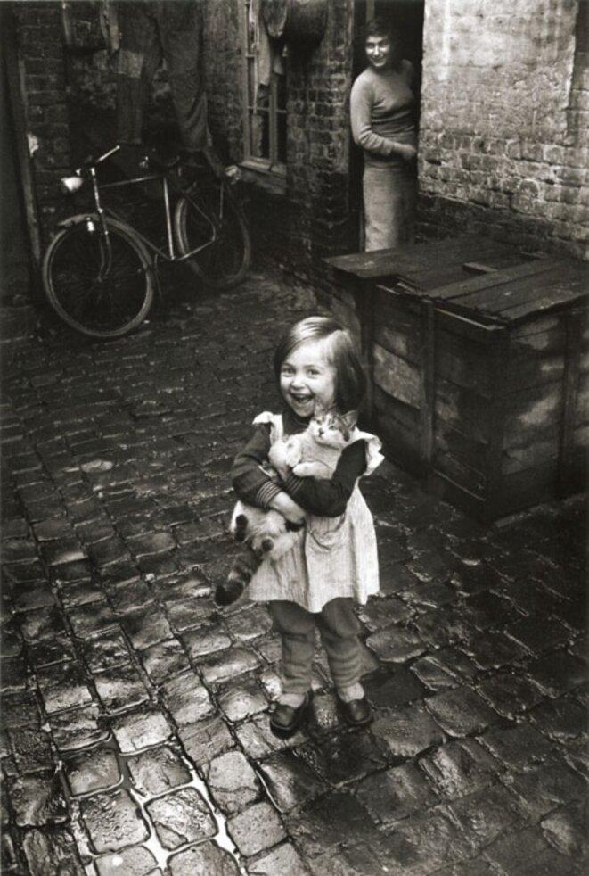 La fillette au chat, Roubaix 1958-59 © Jean-Philippe Charbonnier