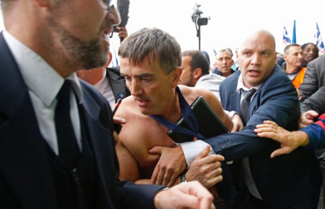 Le DRH d'Air France violemment pris à partie par les manifestants