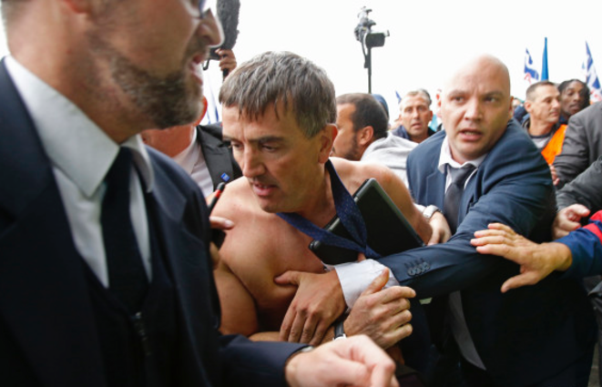 Le DRH d'Air France violemment pris à partie par les manifestants © Reuters