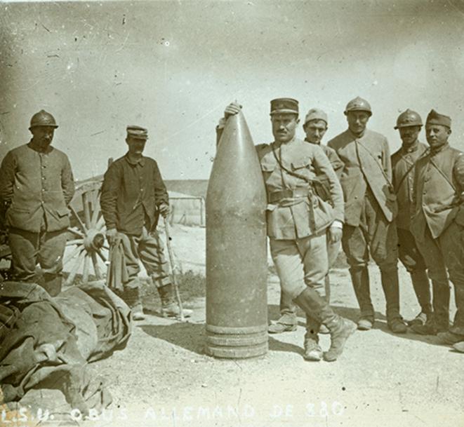 soldats français posant à côté d'un obus allemand 420mm