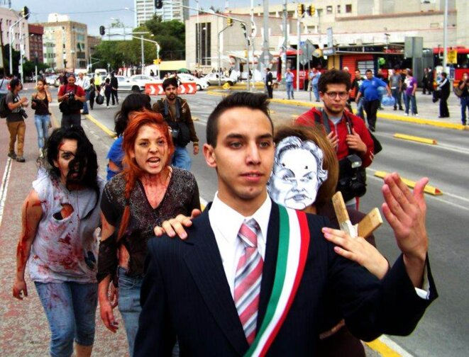 Des étudiants en théâtre miment le candidat du PRI, Enrique Peña Nieto méprisant des femmes victimes de violence.