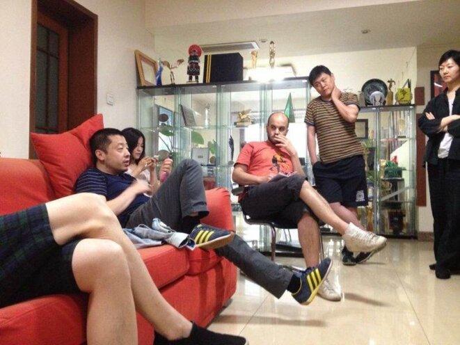 Discussion avec Jia Zhang-Ke (à gauche) sur le montage de FIDAÏ, Pékin, juin 2012 © Damien Ounouri