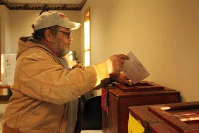 Pas d'équivalent du « a voté » français, aux USA le dépôt du bulletin se fait en silence après que l'électeur a rappelé son nom  © Fanny André