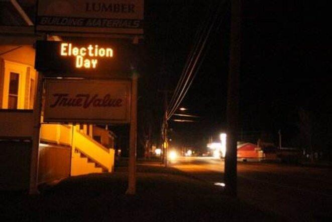 À la nuit tombée, personne dans les rues de Jackman. Ceux qui suivent les résultats sont au chaud dans leurs maisons.  © Fanny André