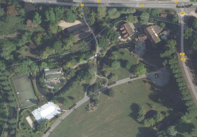 La propriété avec piscine et tennis vue du ciel
