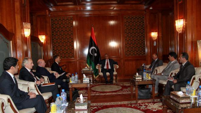 L'avocat Pascal Trillat (2e à gauche) et le patron d'Interpol (4e), avec le premier ministre libyen en mars 2013