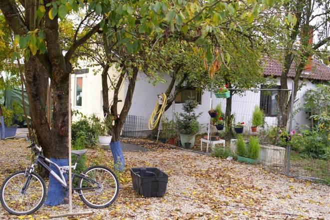 Entre les caravanes et les algeccos, les habitants ont créé une petite cour.