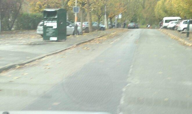 La trace de goudron frais partant de la gare de Marnes jusqu'à