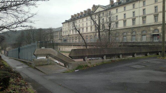Caserne Sully à Saint Cloud depuis la place Clemenceau