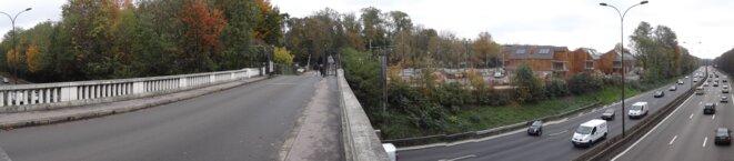Vue prise du pont du DNSC, montrant l'autoroute