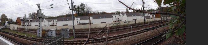 bâtiments blancs sans fenêtres sur la voie ferrée avec accès cour