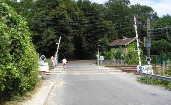 Passage à niveau et maison du garde barrières Marnes la Coquette