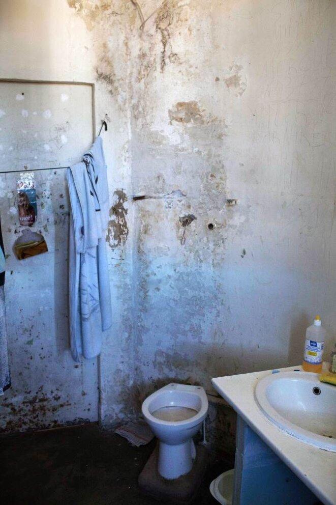 Les toilettes d'une cellule (photo G. Korganow/CGLPL)