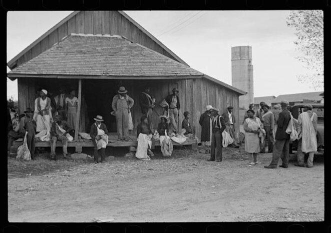 Cueilleurs de coton sur la plantation, à 6 heures et demi du matin, attendant le début de la journée de travail (1935) © Ben Shahn