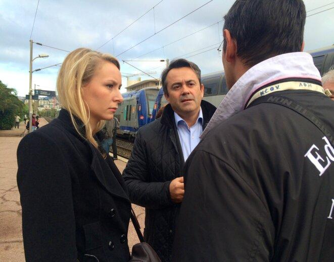 Marion Maréchal-Le Pen et Olivier Bettati discutent avec Éric Sauri (de dos) sur le quai de la gare Nice-Riquier, le 6 novembre. © ES