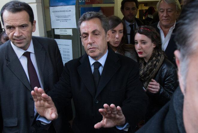 Nicolas Sarkozy sortant de la permanence UMP du XVIe arrondissement de Paris, où il a voté le 29 novembre.