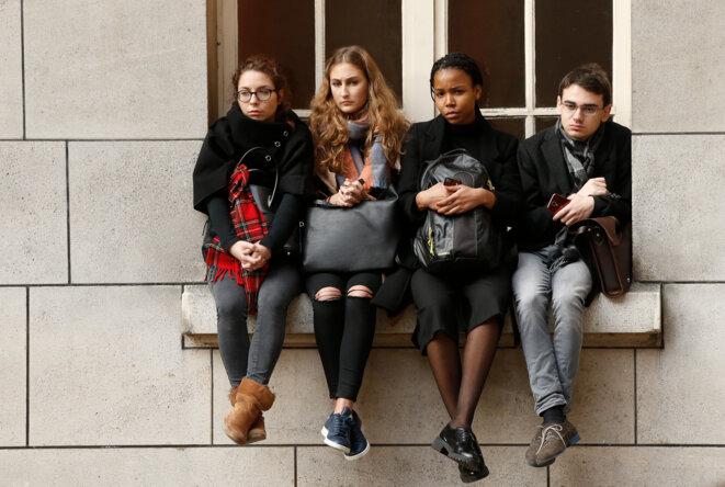 Les étudiants de la Sorbonne (Paris-V) observent une minute de silence, le lundi 16 novembre. © Reuters