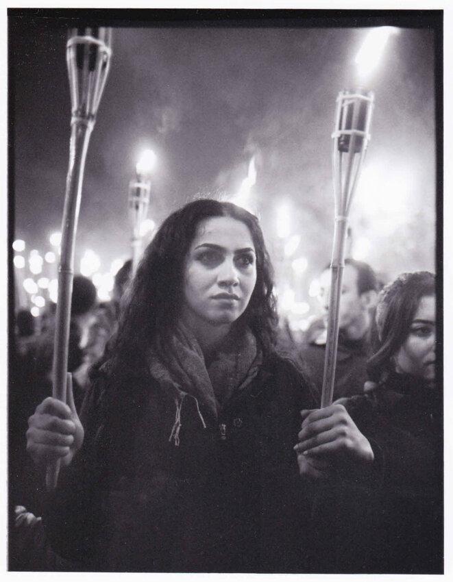 Jeune arménienne dans une marche aux flambeaux, Arménie -24 avril 2015 © Maurice CUQUEL